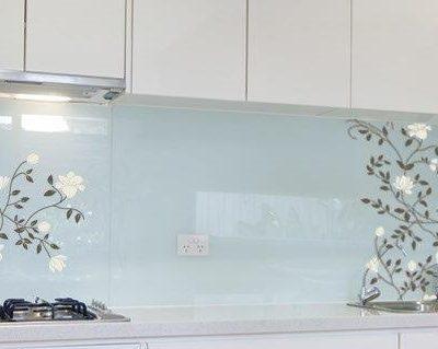 מטבח זכוכית מעוצב פרחים